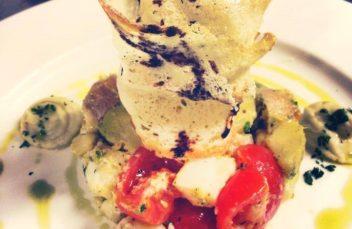 Insalatina di palombo affumicato con cavoletti di Bruxelles, pomodori Pachino e patate accompagnato da purè di fave